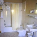 Hotel Coolidge guest bathroom